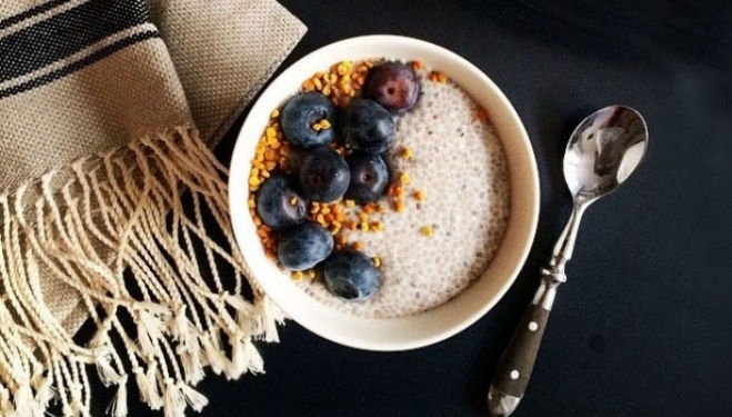 Recipe for chia seed pudding, topped with berries and bee pollen