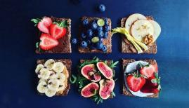 Nuts and berries: sweet breakfast tartines recipe