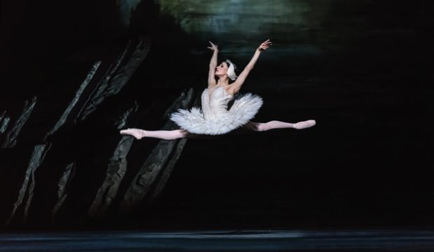 Marianela Nuñez in the Royal Ballet's Swan Lake (c) ROH 2018 Bill Cooper
