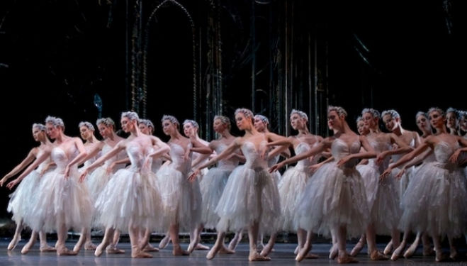 Dancers of the Royal Ballet in Swan Lake © ROH / Alice Pennefather, 2012