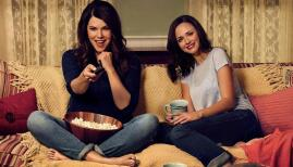 Lauren Graham and Alexis Bledel in Gilmore Girls, Netflix