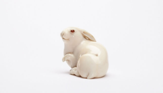 Edmund de Waal, The Hare with Amber Eyes  c.1880 signed Masatoshi, L. Osaka. Almost certainly by the Masatoshi known as Sawaki Rizo, Photographer: Michael Harvey