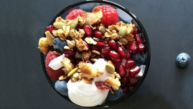 Stephanie Achar Recipe: Homemade Low Sugar Granola With Coconut Milk Vegan Yoghurt, Pomegranate, And Berries