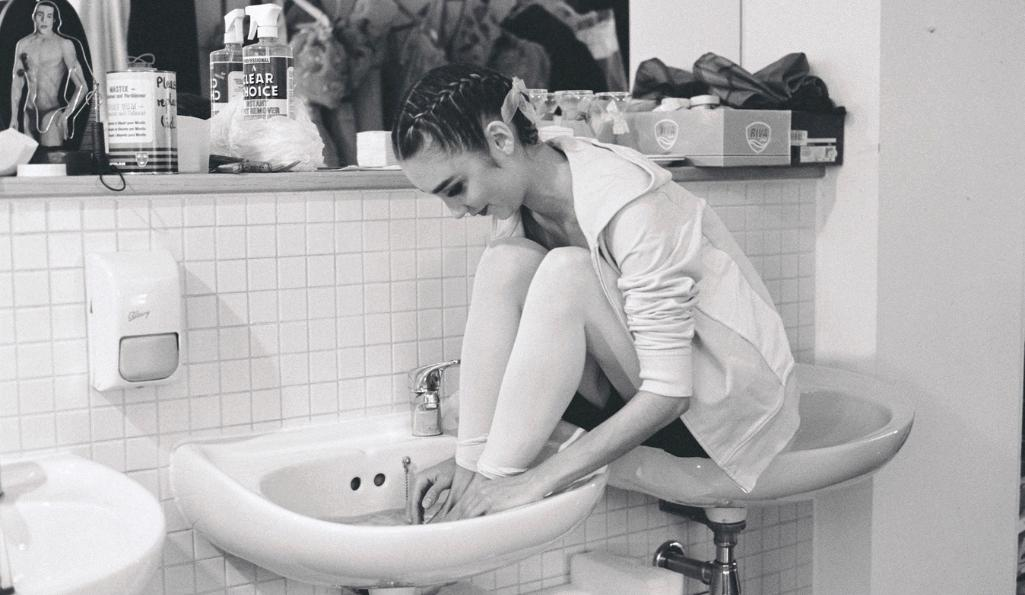 Mary McCartney Ballerina in Sink, London, 2004 © Mary McCartney