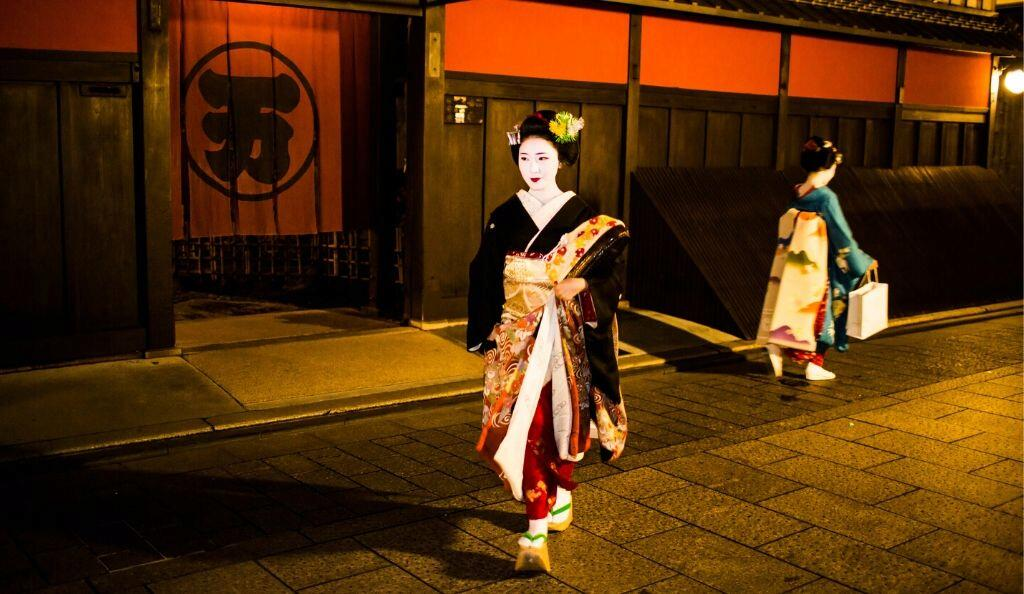 Maikos in Gion Kyoto Japan© Getty Images; Kimono: Kyoto to Catwalk, V&A